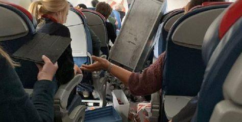 """Kena Turbulensi, Delta Airlines """"Nyungsep"""" di Ketinggian 10.000 Meter"""